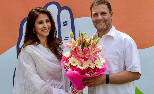 Congress President Rahul Gandhi greets Bollywood actor Urmila Matondkar as she joins Congress Party, in New Delhi, Wednesday, March 27, 2019. (Twitter Photo/PTI)