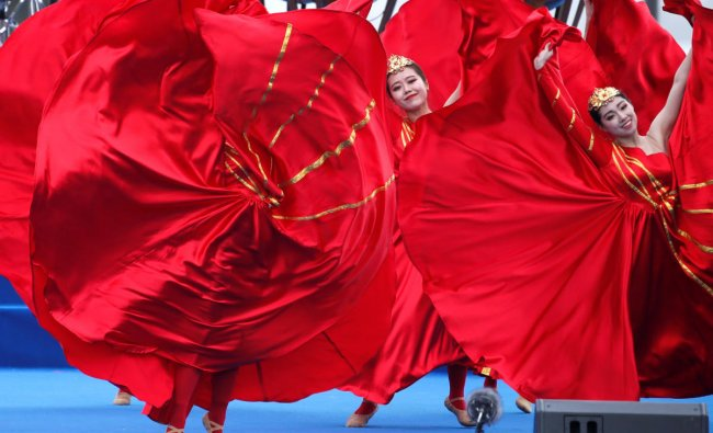 Performers dance at an event celebrating the 70th anniversary of the founding of the Chinese People\'s Liberation Army Navy (PLAN) in Qingdao, China, April 22, 2019. REUTERS/Jason Lee