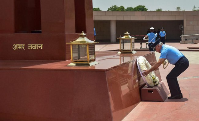 Outgoing Vice-Chief Air Marshal Anil Khosla pays homage to the martyrs at National War Memorial, in New Delhi. (PTI Photo)