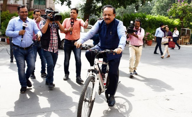 Harsh Vardhan arrives on a bicycle at Nirman Bhawan to take charge as Union Health Minister in the newly-elected PM Modi\'s cabinet, in New Delhi. (PTI Photo)
