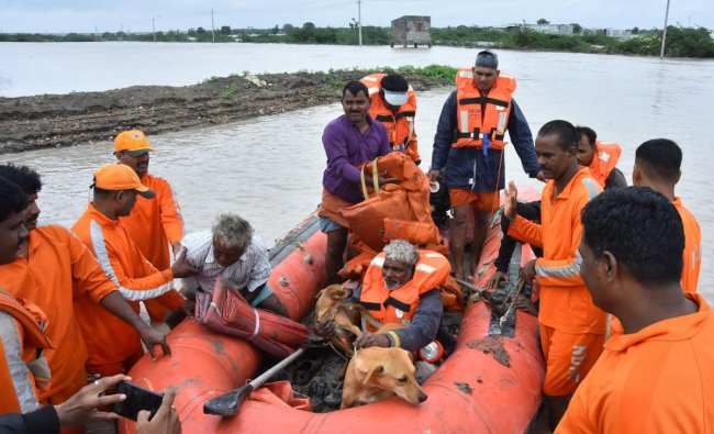 NDRF crew rescues bridge construction workers from flooding in Hubli. (DH Photo)