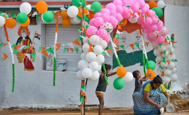 A woman decorates a sidewalk to celebrate India\'s 73rd Independence Day, which marks the of the end of British colonial rule, in Bangalore on August 15, 2019. (Photo: AFP)