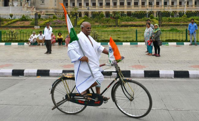 An elderly man impersonating Indian freedom fighter Mahatma Gandhi during the India\'s 73rd Independence Day, in front of the Vidhana Soudha in Bangalore on August 15, 2019. (Photo: AFP)