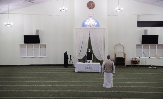 APRIL 24: Worshippers prepare for evening prayer in celebration of Ramadan at the Islamic Center of Wheaton. (AFP Photo)