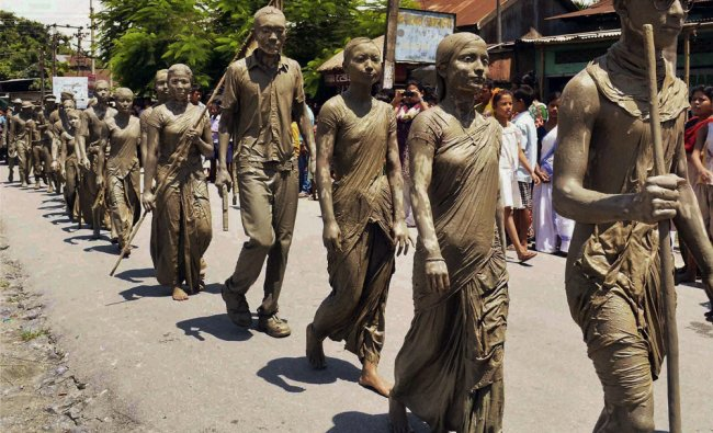 Artists of Mouna Kala Niketan perform a silent act to mark the death anniversary of 1942 martyrs .
