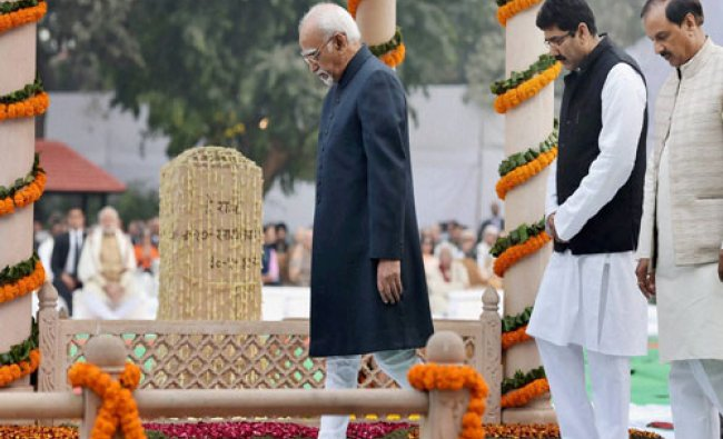 Vice Preisdent Hamid Ansari and Tourism Minister Mahesh Sharma (R) at a prayer meeting on death ...