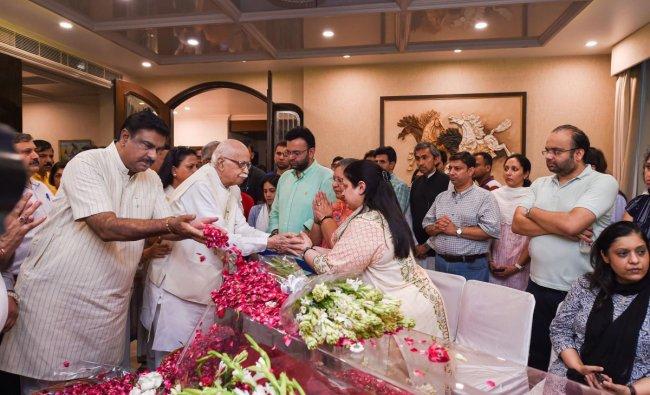 Veteran BJP leader LK Advani consoles family members of former finance minister and BJP leader Arun Jaitley, at Greater Kailash, New Delhi, Saturday, on Aug 24, 2019. (PTI Photo/Atul Yadav)
