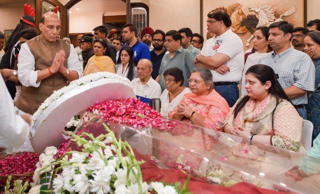 Defense Minister Rajnath Singh pays his respects to former finance minister and BJP leader Arun Jaitley at Greater Kailash, New Delhi, Saturday, on Aug 24, 2019. (PTI Photo/Atul Yadav)
