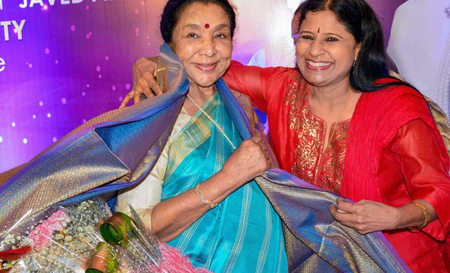 Indian playback singer Asha Bhosle being felicitated by Kannada singer B R Chaya in Bengaluru, on June, Friday. PTI Photo