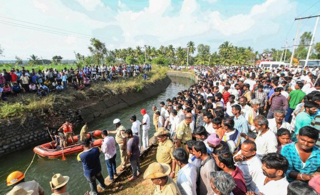 Mandya: Fire fighters and locals carry out rescue operation after a bus fell into a canal in Mandya district of Karnataka, Saturday, Nov. 24, 2018. According to the police, a private bus carrying passengers, mostly schoolchildren, fell into a canal killing at least 25 people. (PTI Photo)