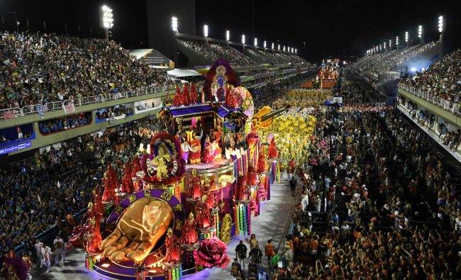 Members of the Salgueiro samba school perform during the last night of Rio\'s Carnival parade at the Sambadrome Marques de Sapucai in Rio de Janeiro, Brazil. (AFP Photo)