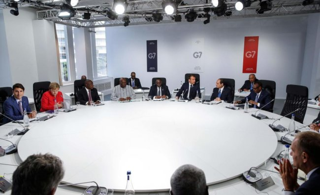 Canadian Prime Minister Justin Trudeau, German Chancellor Angela Merkel, South African President Cyril Ramaphosa, President of Burkina Faso Roch Marc Christian Kabore, Senegal\'s President Macky Sall, French President Emmanuel Macron, Egypt\'s President Abdel-Fattah el-Sisi and Rwanda\'s President Paul Kagame attend a working session on \'G7 Partnership with Africa\' in Biarritz, south-west France on August 25, 2019 (Photo by PHILIPPE WOJAZER / POOL / AFP)