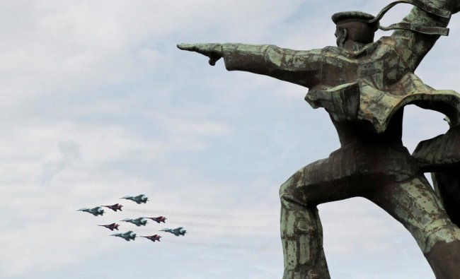 MiG-29 jet fighters of the Strizhi (Swifts) and Su-30 jet fighters of the Russkiye Vityazi (Russian Knights) aerobatic teams perform during a rehearsal for an air show, part of the Russian all-army competition Aviadarts-2019, with the Monument to Soldier and Sailor seen in the foreground, in the Black Sea port of Sevastopol, Crimea June 7, 2019. REUTERS/Alexey Pavlishak