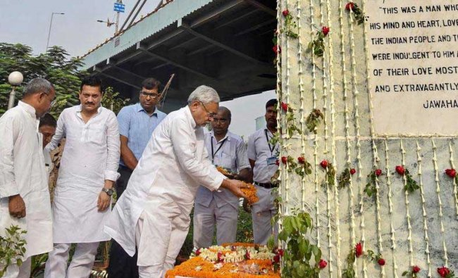 Bihar Chief Minister Nitish Kumar pays tribute to India\'s first prime minister Pandit Jawaharlal Nehru on his 54th death anniversary, in Patna, on Sunday. PTI Photo