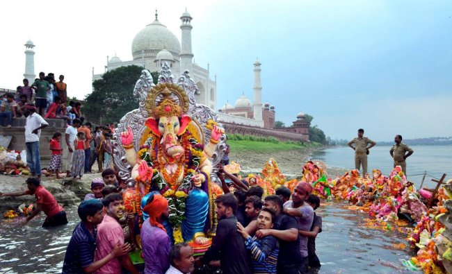 Agra: Devotees immerse an idol of Lord Ganesha in the Yamuna river on the banks of the Taj Mahal, in Agra, Sunday, Sept 23, 2018. (PTI Photo)