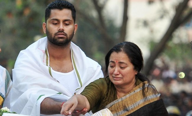 Bengaluru: Wife Sumalatha and son Abhishek pay their last respects to the veteran Kannada actor and politician Ambarish during his funeral ceremony in Bengaluru, Monday, Nov. 26, 2018. The actor passed away Sunday at the age of 66. (PTI Photo/Shailendra Bhojak)