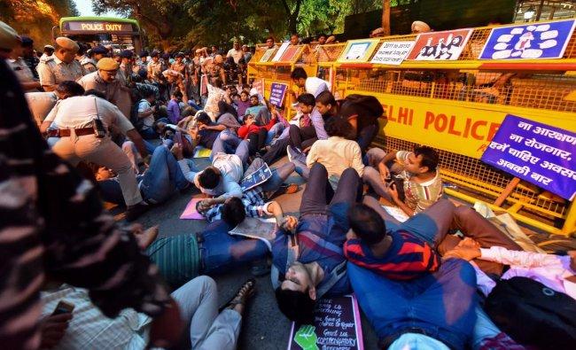 New Delhi : Policemen detain Civil services aspirants during their protest outside BJP President Amit Shah\'s residence, in New Delhi, Sunday, Sept 23, 2018. (PTI Photo/Kamal Kishore)