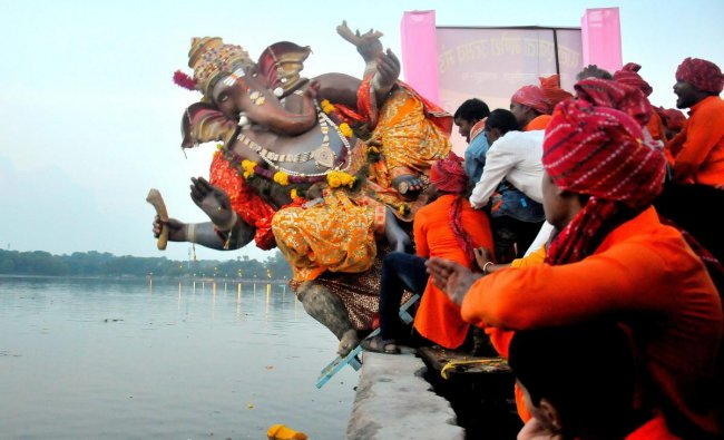 Nagpur: Devotees carry an idol of Lord Ganesh to be immersed into Futala Lake on the last day of Ganesh Chaturthi festival, in Nagpur, Sunday, Sept 23, 2018. (PTI Photo)
