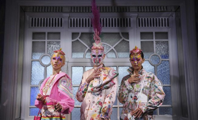 Models pose during a presentation of creations by Indian designer Manish Arora at the Salon Des Miroirs, Passage Jouffroy, in Paris, on September 26, 2019 during the Women\'s Spring-Summer 2020 Ready-to-Wear collection fashion show. (Photo by CHRISTOPHE ARCHAMBAULT / AFP)