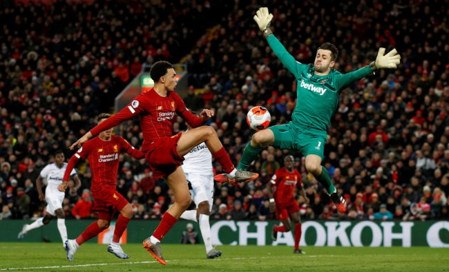 Liverpool\'s Trent Alexander-Arnold in action with West Ham United\'s Lukasz Fabianski before Sadio Mane scores Liverpool\'s third goal. (Reuters photo)