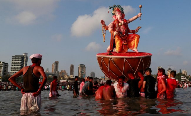 Devotees pull an idol of Hindu elephant god Ganesh, the deity of prosperity, as it is carried for immersion into the Arabian Sea on the last day of the Ganesh Chaturthi festival in Mumbai, India, September 23, 2018. REUTERS/Danish Siddiqui
