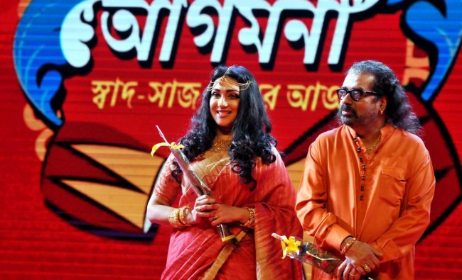 Singer Hariharan and National Award winner actress Rituparna Sengupta during a promotional event for the Durga puja festival,in Kolkata. (PTI photo)
