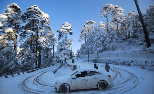 A view of snow-laden roads near the Jammu-Srinagar national highway, at Patnitop, about 115 km from Jammu. PTI photo
