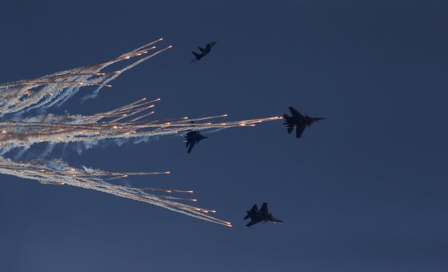 The Swifts perform an aerobatic display ahead of the race. (Reuters)