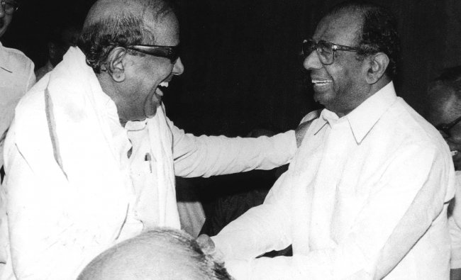 Then Tamil Nadu Chief Minister M Karunanidhi shares a lighter moment with Karnataka Chief Minister Veerendra Patil in New Delhi before a meeting on the Cauvery water dispute in September 1990. Credit: DH/PV Archives