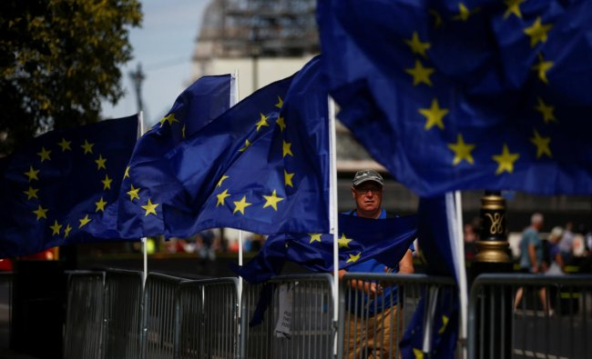 An anti-Brexit protestor attaches the EU flags to the fence of the Houses of the Parliament in London, Britain August 28, 2019. (REUTERS/Henry Nicholls)