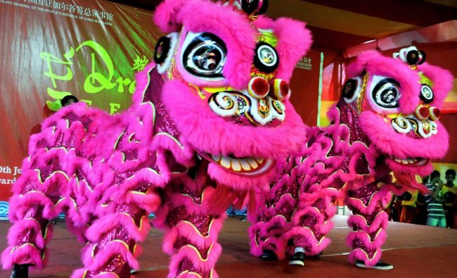Chinese people perform dragon dance during \'Dragon Boat Festival -2018\', in Kolkata on Sunday. PTI Photo