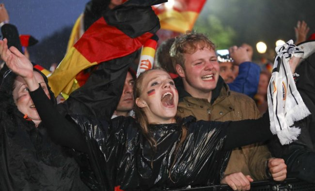 World Cup - Group F - Germany vs Sweden - Berlin, Germany - June 23, 2018 Germany soccer fans react as they watch the match at public viewing area at Brandenburg Gate. Reuters