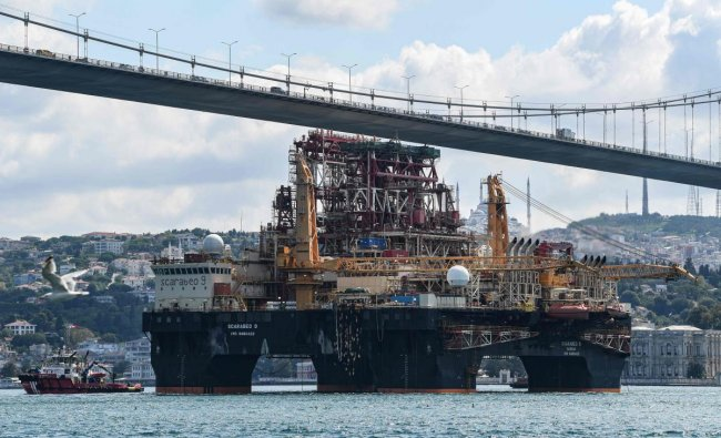 Scarabeo 9, a 115-meter-long and 78-meter-high Frigstad D90-type semi-submersible drilling rig, passes under the July 15th Martyrs Bridge (Bosphorus Bridge) on the Bosphorus Strait en route to the Black Sea in Istanbul on August 29, 2019. (Photo by Ozan KOSE / AFP)