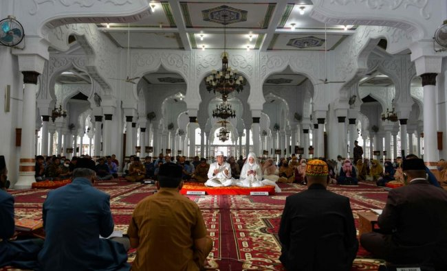 People gathers during a wedding ceremony at the Baiturrahman grand mosque in Banda Aceh on July 28, 2020. Credit: AFP Photo