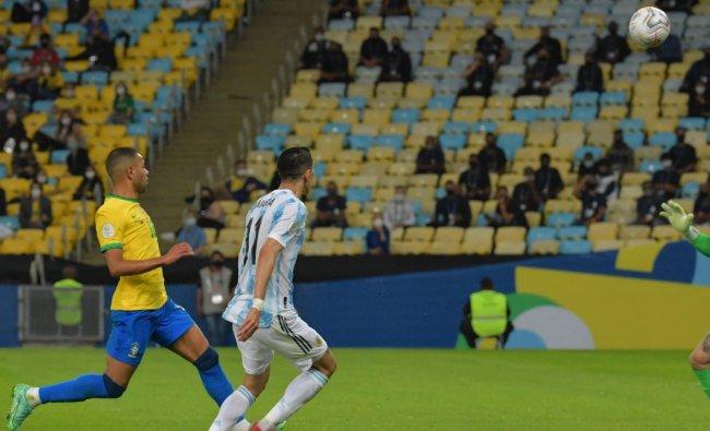 El extremo argentino Ángel Di María abrió el marcador en el minuto 22 y el balón rebotó en la red sobre el portero brasileño Anderson.  Crédito: AFP Photo