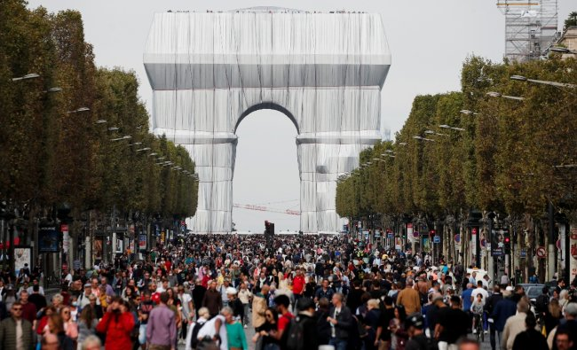 Paris\' Arc de Triomphe covered in shimmering fabric in a tribute to artist Christo Credit: Reuters Photo