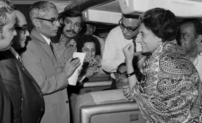 PM Indira Gandhi interacts with journalists inside a plane in 1973. Credit: Twitter/@IndiaHistorypic