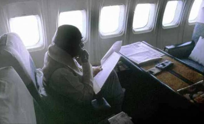 Prime Minister PV Narasimha Rao is seen reading a bunch of files during a special flight. Credit: Twitter/@puneet1agarwal