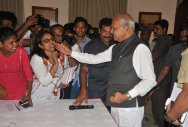 TN guv apologises to journalist for patting her cheek