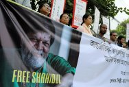 Journalists, activists and students of Pathshala South Asian Media Academy protest against the arrest of Bangladeshi photojournalist Shahidul Alam in Dhaka, Bangladesh, August 11, 2018. (REUTERS/Mohammad Ponir Hossain)
