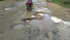 Bengalureans fill potholes on their own, set an example