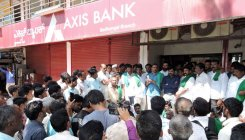 Raitha Sangha protests before Axis Bank