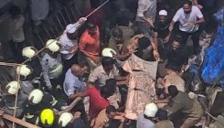 Mumbai: Human chain formed to rescue people