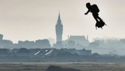Frenchman crosses Channel on 'Flyboard'