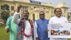RJD MLA reaches Bihar Assembly with garland of onions