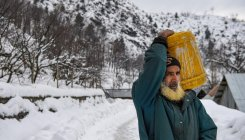 Snowfall in Kashmir for 4th day, air traffic disrupted