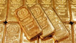 Gold gains but set for weekly drop amid flight for cash