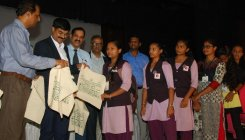 Mandya district admin distributes 25,000 cloth bags