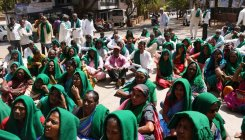 Farmers oppose amendment to APMC Act, stage protest
