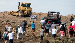 US judge temporarily closes controversial oil pipeline